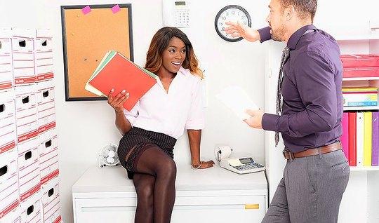 Деловая негритянка отдалась сексуальному мужику на офисном с...