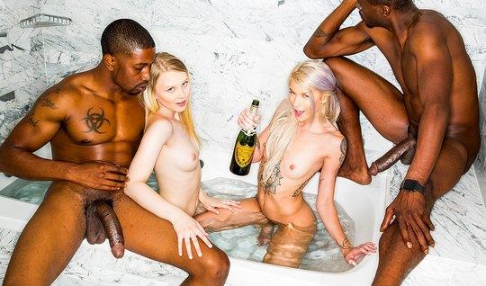 Два мускулистых негра трахают пьяных блондинкой во влажные п...
