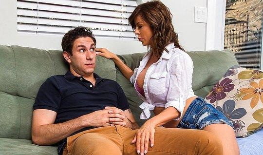 Сисястая мамка пристает к молодому любовнику и сосет у него ...