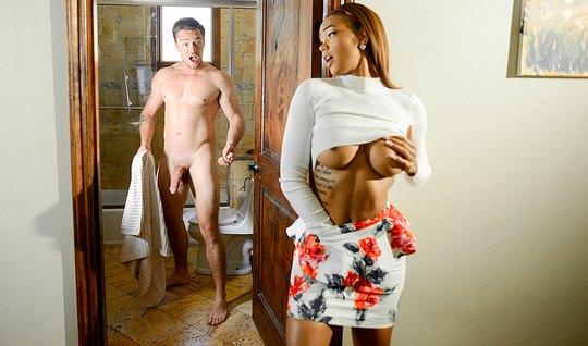 Мулатка в короткой юбке отдалась мускулистому парню в номере...