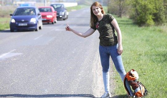 Девушка прокатилаь автостопом и отсосала у незнакомца на обо...
