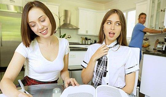 Трахарь дерет привлекательную студентку в очень короткой юбк...