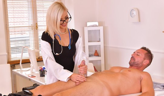 Белокурая медсестра надрочила пациенту огромный стояк пальца...