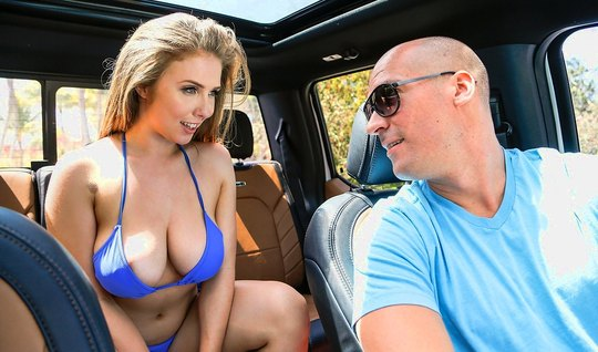 Женщина с большой грудью соблазняет лысого красавца в машине...