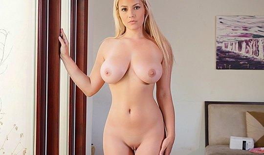 Грудастая блондинка разделась и занялась трахом с соседом...