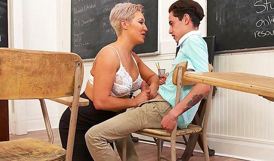 Зрелая блондинка трахается с партнером в классе на небольшом...