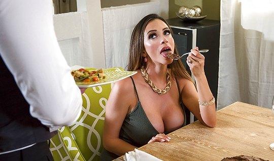 Наемный официант обслужил сексуальную мамку и ее эротические...