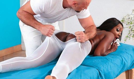 Мускулистый массажист рвет лосины на попе темнокожий красотк...