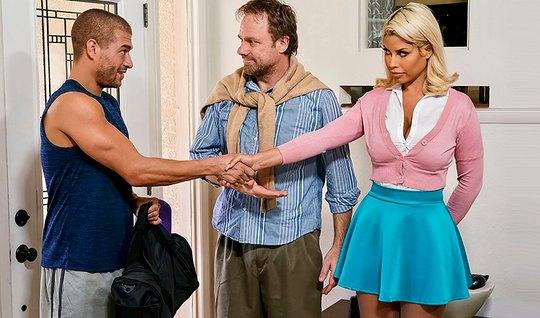 Сочная блондинка трясет сиськами и изменяет мужику с мускули...