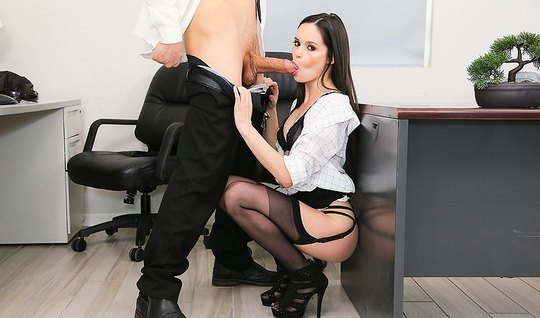 Очаровательная секретарша разводит длинные ноги в чулках и д...