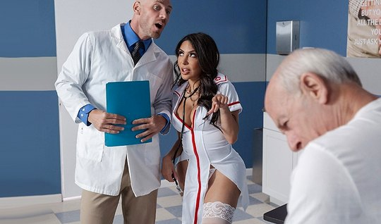 Грудастая брюнетка в чулках изменяет мужу с лысым врачом во ...