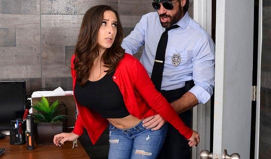 Бородатый полицейский уложил грудастую брюнетку на стол и по...