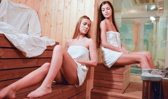 Две девушки лесбиянки в сауне трахают друг друга языками...