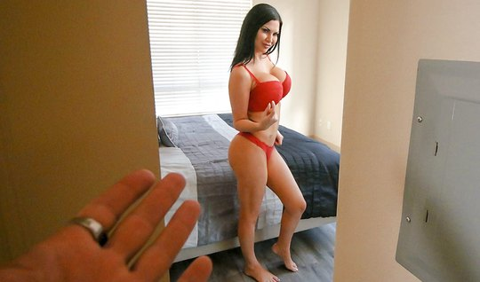 Мачеха показала свои большие сиськи и встала раком для секса...