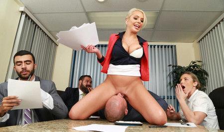 Бизнес-вумен Nina Elle жестко порется с мужиком на рабочем м...