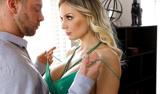 Небритый мужик раздевает сексуальную мамку и вылизывает ее к...