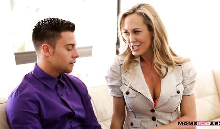 Красивая милфа учит парня сексу и его невесту лесбийской люб...