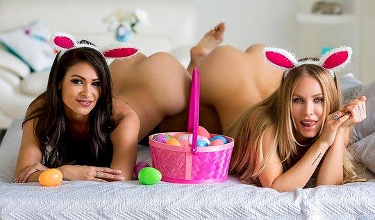 Две красивые лесбиянки в спальне затрахали друг друга до орг...