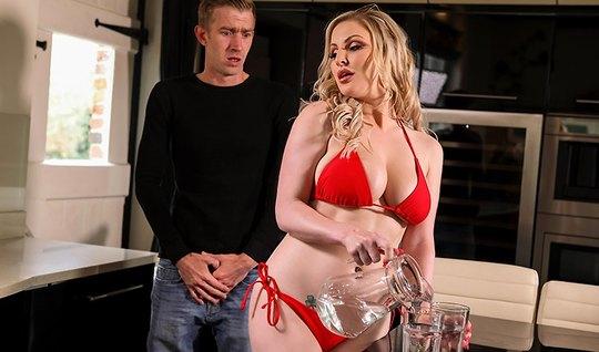 Пышная блондинка обожает трахаться с мужиками и их большими ...