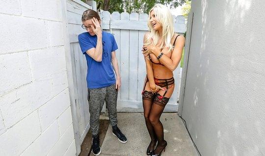 Длинноволосый студент оттрахал грудастую блондинку в чулках ...