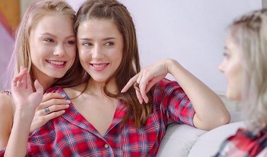 Нэнси А и Ева Эльфи уговорили русскую студентку Ольгу на лес...