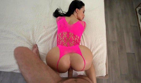 Зрелая Алетта Оушен с широкой жопой в розовом белье сосет чл...