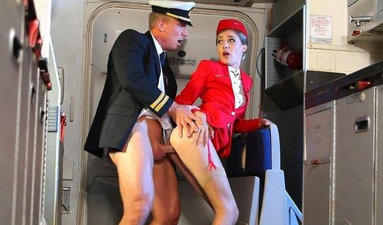 Рианнон Райдер трахает красивую стюардессу в самолете премиу...