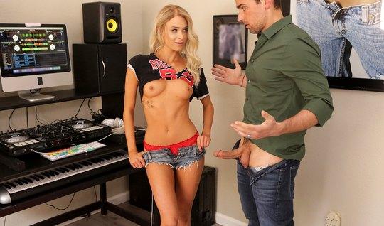 Худая блондинка показывает боссу небольшую грудь и делает  Р...