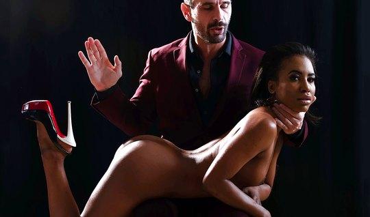 Мулатка познает прелести нежного минет и жесткого порно одно...