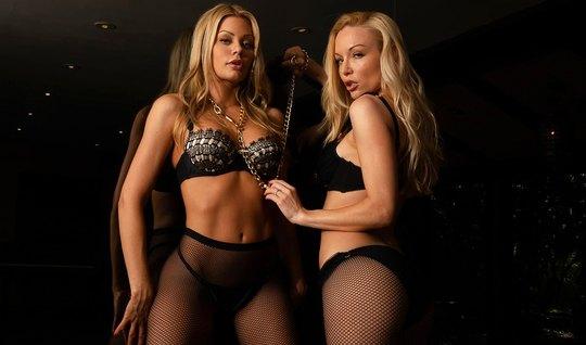 Две блондинки лесбиянки в чулках долбят друг друга языками...