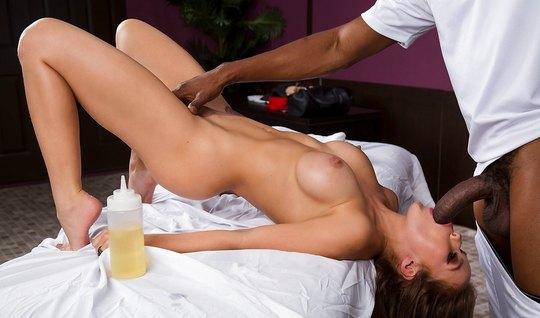 Грудастая брюнетка после массажа занимается сексом с длинным...