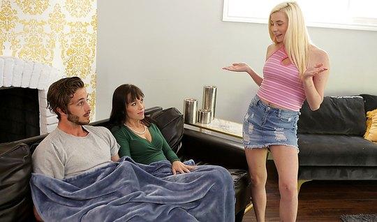 Мамочка и дочка занимаются бурным сексом с молодым человеком...