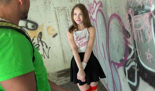 Русская молодая девушка в публичном месте занимается сексом ...