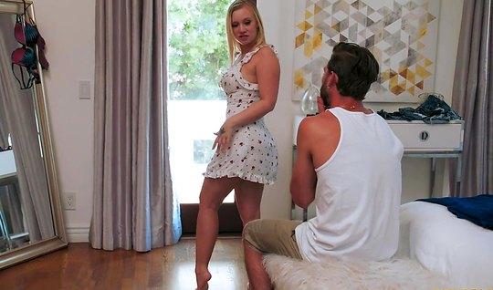 Сводная сестра блондинка показала парню большую жопу и раздв...