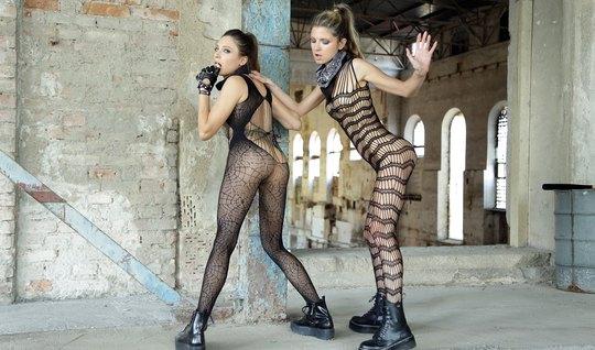 Лесбиянки в чулках на заброшенном заводе трахают друг друга...