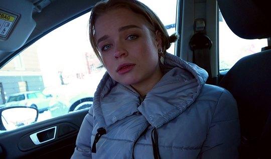 Молодая русская девушка во время работы трахает на квартире ...