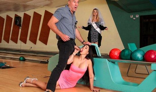 Брюнетка с большими сиськами изменяет мужу в боулинг клубе...