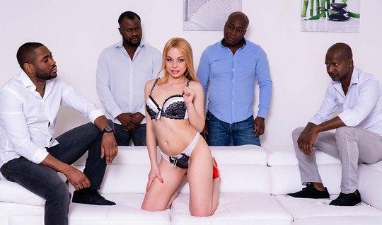 Стройная блондинка с длинными ногами и упругими сиськами обо...