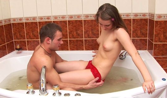 Русская парочка в ванной занимаются анальным сексом и получа...