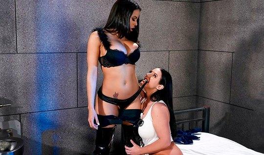 Две лесбиянки с большими сиськами резвятся в тюремной камере...