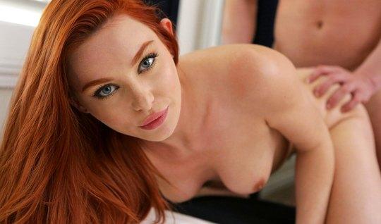 Рыжая дамочка подставляет киску для вагинального секса с люб...
