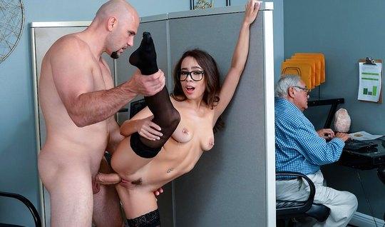 Соблазнительная секретарша в чулках устроила секс с боссом в...