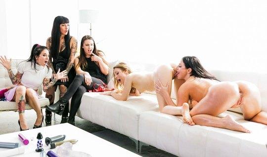 Толпа лесбиянок на диване устроили групповое порево с мастур...