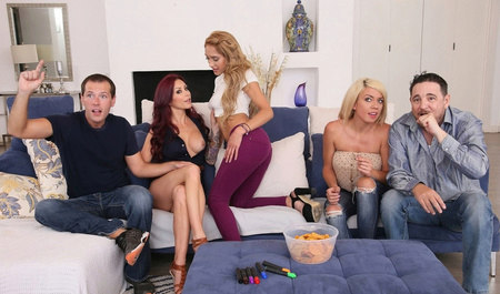 Парень с подружками забавляется групповухой в укромном уголк...