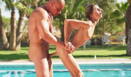 Худенькая модель согласилась с парнем на горячий секс на при...