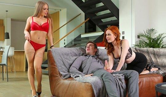 Рыжая и блондинка устроили для мужика на диване групповое по...