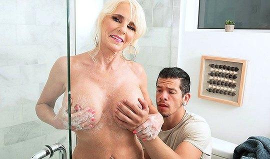 Зрелая дамочка показала парню большие дойки и дала себя оттр...
