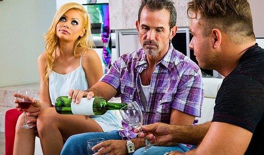 Молодой друг мужа трахает жену в чулках и заливает ее спермо...