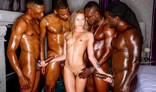 Худенькая блондинка после клуба отправилась с неграми к ним ...