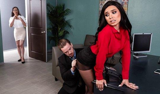 Начальник вызвал секретаршу в кабинет и устроил для нее шика...